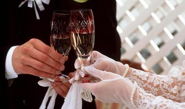 結婚式の乾杯の挨拶で使える例文!うまく場を盛り上げる7つのコツ